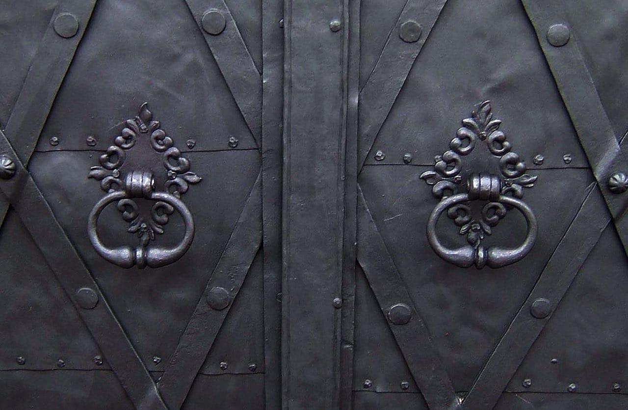 Detail madel na dveřích