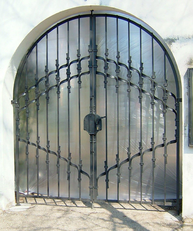 Kovaná dvoukřídlá brána